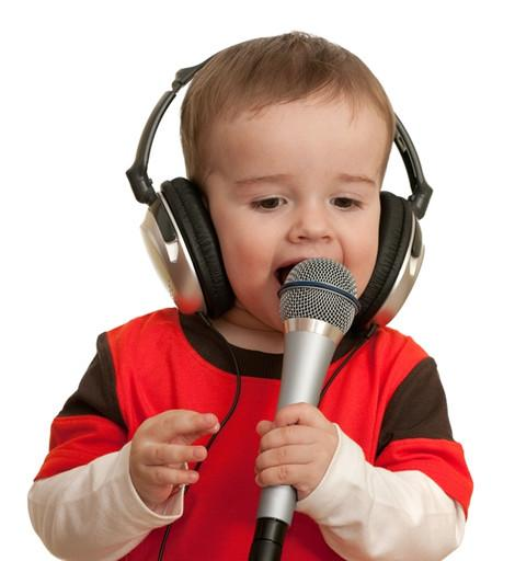 Малыши обожают петь в микрофон